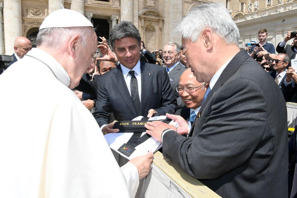 Papež Fantišek přijal čestný nejvyšší stupeň v taekwondo WTF-černý pásek 10.dan