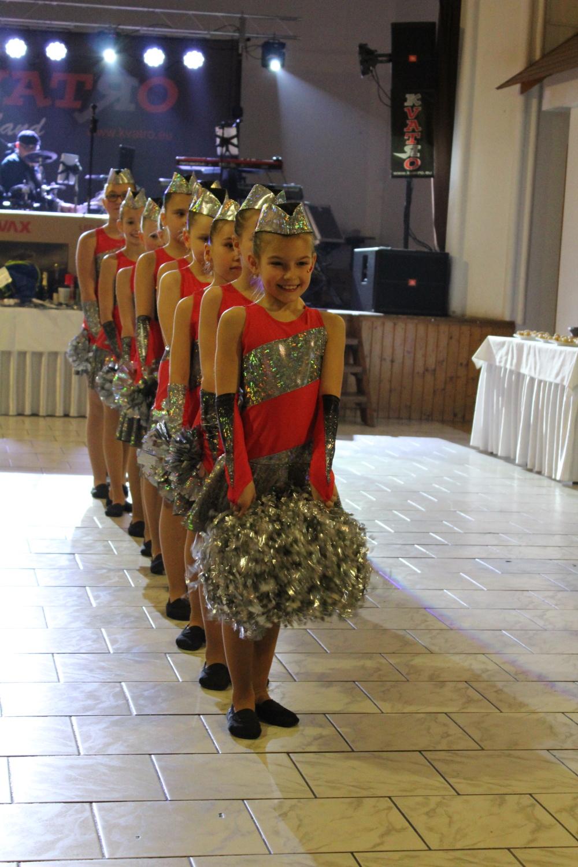 Kadetky předtančily na plese
