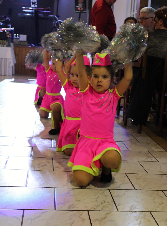Předtančení minimažoretek na plese
