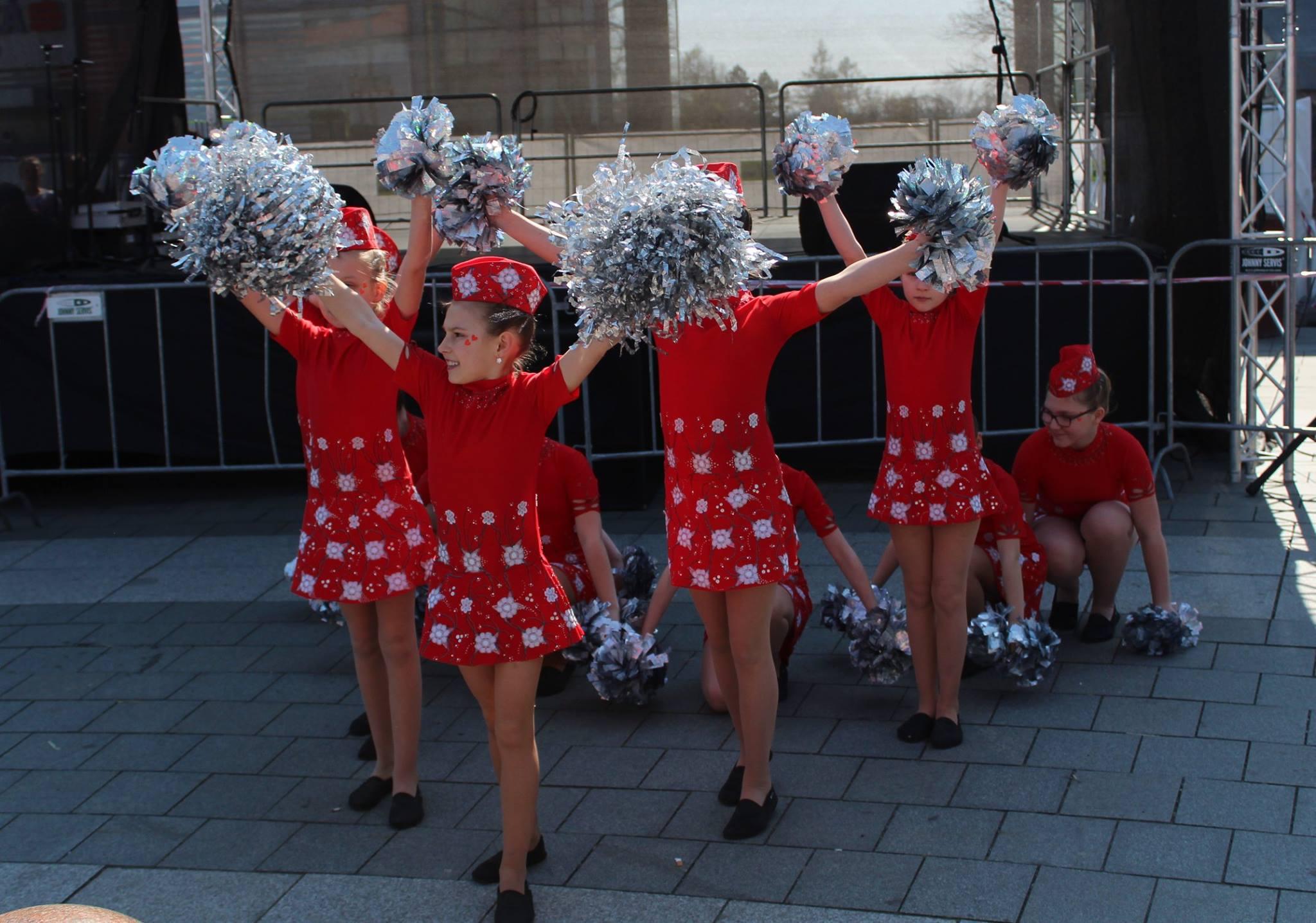 Vystoupení mažoretek na Velikonočním městečku v centru Havířova